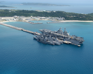He Amphibious Assault Ship Uss Essex (lhd 2), And The Japanese Maritime Defense Force (jmsdf) Ships Shimakaze (ddg 172), Myoukou (ddg 175), Hamagiri (dd 155) And Natusio (ss 584) Are Pier-side Okinawa, Japan Image