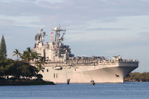 The Amphibious Assault Ship Uss Peleliu (lha 5) Transits The Channel Into Pearl Harbor For A Short Port Visit Image