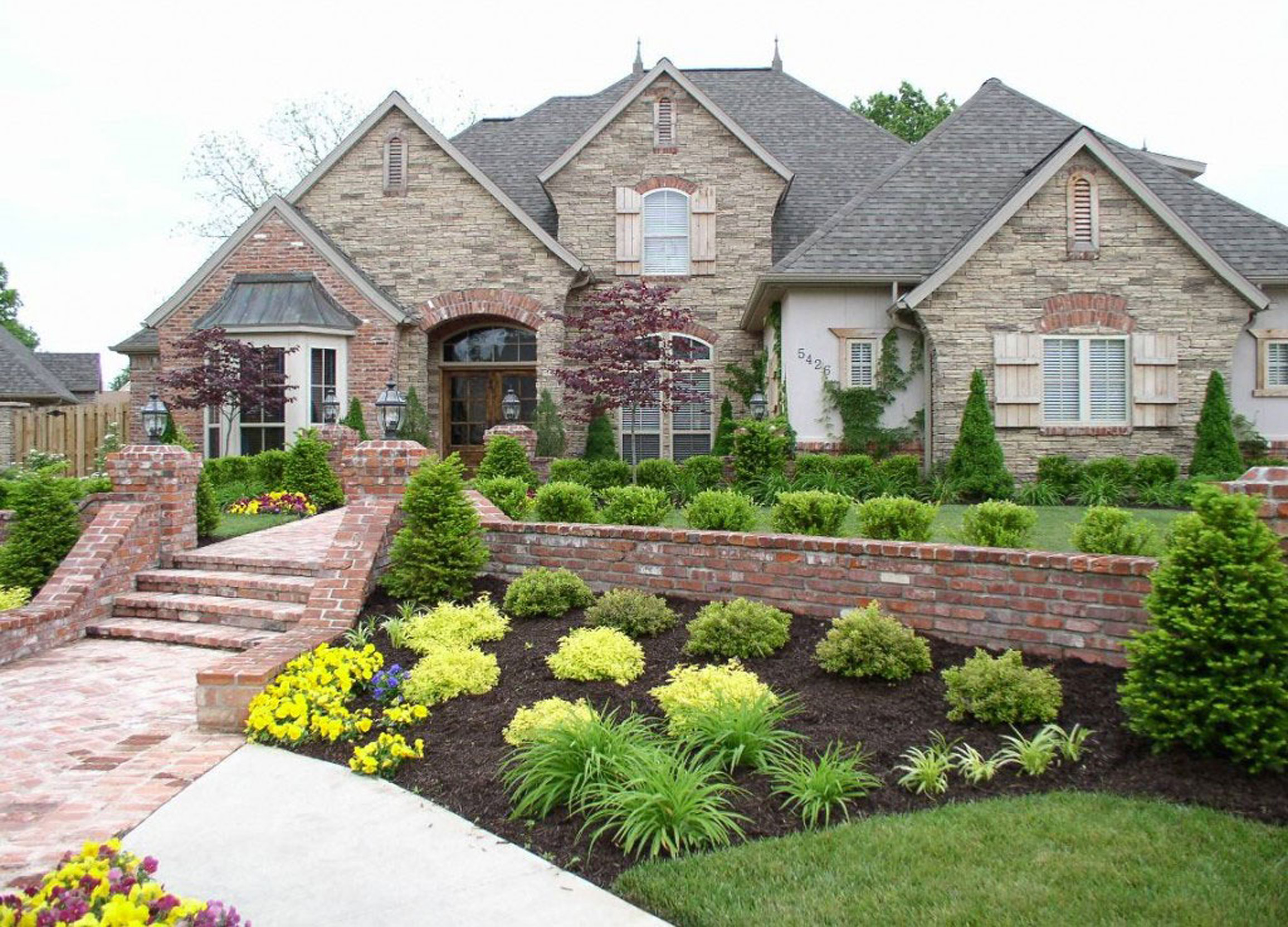 Luxury and classic house landscaping ideas free images for Luxury classic house