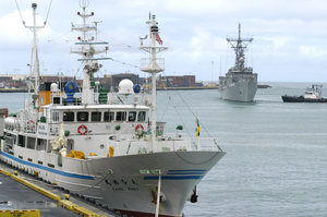 The Guided Missile Frigate Uss Reuben James (ffg 57) Prepares To Pass The New Japanese Fishing Training Vessel Ehime Maru While Pulling In To Honolulu, Hawaii Image